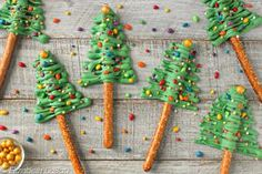 Christmas tree pretzel rods couldn& be easier! Drizzle green candy over pretzels to make these cute and delicious holiday treats. Best Christmas Desserts, Christmas Goodies, Christmas Candy, Holiday Treats, Christmas Treats, Christmas Baking, Holiday Recipes, Holiday Baking, Xmas Food
