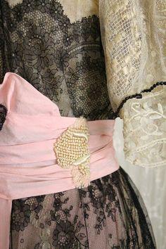Exquisite Antique Dress / Titanic Era / Museum / Chantilly Lace / Silk / Pink and Black / Rare Larger Size 1970s Dresses, Vintage Dresses, Vintage Outfits, Vintage Fashion, Refashion Dress, Diy Dress, Titanic Dress, Black Color Combination, Lace Evening Gowns