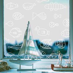 Zwem je een stukje mee? Vrolijke visjes #raamtekening die leuk staat in een zee thema kinderkamer!