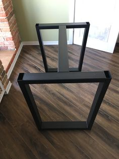 The metal tie between the two ends seems like a stronger design. Welded Furniture, Fine Furniture, Industrial Furniture, Table Furniture, Furniture Design, Diy Wood Shelves, Steel Table Legs, Cafe Interior Design, Dinning Table