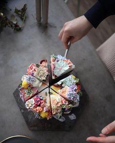 "748 Likes, 18 Comments - 청담 수케이크 (atelier soo) (@soocake_ully) on Instagram: ""ㅡ 그녀의작업실. 강릉 :: atelierbee & soo ㅡ  #flower #cake #flowercake #partycake #birthday #weddingcake…"""