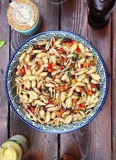 """Jamie Oliver nennt ihn den """"Leckersten Nudelsalat"""" – mit diesem aufgepimpten Rezept ist er das bestimmt: Mediterraner Nudel"""