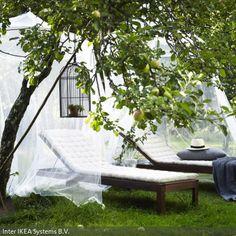 Liegestühle unter breiten Baldachinen bilden eine einladende Ruheoase im Garten. Einfach zwei Moskitonetze im Fachgeschäft kaufen und an höher gelegene Äste…