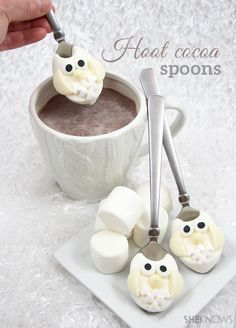 Hoot Cocoa Spoons - marshmallow owls on spoons for hot chocolate! Christmas Treats, Holiday Treats, Holiday Recipes, Chocolate Spoons, Hot Chocolate Bars, White Chocolate, Cute Food, Good Food, Yummy Food