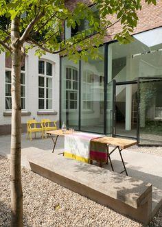 Gaaf terras met mooie grote stalen deuren - LENS°ASS architecten: Valerie Traan