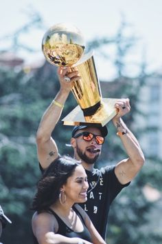 ayesha and steph with larry Stephen Curry Photos, Stephen Curry Family, The Curry Family, Ayesha And Steph Curry, Ayesha Curry, Stephen Curry Basketball, Love And Basketball, Steph Curry Wallpapers, Golden State Warriors Wallpaper