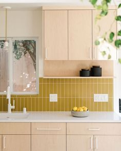 You Don't Have to Choose Between Open Shelving and Upper Cabinets kitchen rustic These Designers Came Up with a Clever Upper Kitchen Cabinet Design Home Interior, Kitchen Interior, New Kitchen, Kitchen Dining, Kitchen Ideas, Kitchen Yellow, Kitchen Rustic, Kitchen Trends, Apartment Kitchen