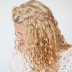 It's day 2 of my #curlyhairromance challenge. A simple braid to keep your hair off your face but still show off your curls. Perfect for freshly washed hair. Check my blog to find out how to preorder my book. I'm thinking a curly ponytail for tomorrow what do you think? Xx