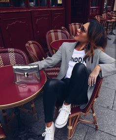 Moda Mujer Casual Outfits Spring New Ideas Casual Work Outfits, Blazer Outfits, Mode Outfits, Chic Outfits, Fashion Outfits, Look Casual Chic, How To Wear Casual, Casual Sneakers Outfit, White Sneakers Outfit Spring