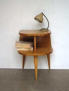 chevet_vintage_1.jpg (350×462)Chevet années 60 Petit chevet en bois des années 60. Forme originale. Deux petites niches amusantes posées sur trois pieds très vintage. Etat d'usage. Un meuble pratique et très original! H 53 x L max 38 x p 28 cm