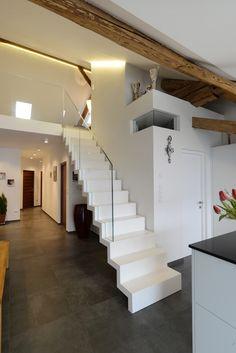 Per non gravare eccessivamente sui solai la scala è stata realizzata in legno lamellare di faggio laccato bianco con parapetti in vetro, alloggiati nella struttura. #interbau #stairs #design #foryourhome #interbauforyou #art #architecture #customised #madeinItaly