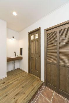 玄関/玄関ホール/シューズクローク/シューズクローゼット/手洗い/インテリア/ナチュラルインテリア/注文住宅/施工例/ジャストの家/entrance/interior/house/homedecor/housedesign Shoe Cabinet, Style At Home, Wood Doors, Windows And Doors, Mudroom, Live Life, Shoe Rack, My House, Entrance