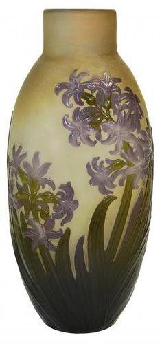 """Emile Gallé - França. """"Jacinthe"""". Vaso souffle Art Nouveau, cerca de 1900 em cameo glass, decorado com flores em tons de verde e lilás sobre fundo âmbar. Assinado. Alt. 31 cm"""