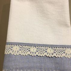 Pano de prato de saco alvejado branco com barrado xadrez azul e branco e renda branca tudo 100% algodão, bem acabado e resistente Fabric Crafts, Sewing Crafts, Sewing Projects, Bathroom Towels, Kitchen Towels, Dish Towels, Tea Towels, Decorative Hand Towels, Bazaar Ideas