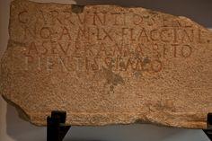 Epitafio de Arruntio    D(is) M(anibus)/ G(aio) ARRUNTIO SERE/NO   AN(norum) LX FLACCINI/A SEVERA MARITO/  PIENTISSIMO    Aos deuses Manes. Flaccinia Severa ao seu moi piadoso marido Gaio Arruntio Sereno, de 60 anos.    Procedencia: Apareceu en 1789, ao desmontar un entrepano da vella muralla, preto da Porta real.