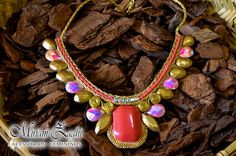 Maxi Colar com pedras Salmon e Douradas e pedra Frutacor Salmon. R$ 68,00