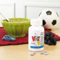 Forever Kids (artnr 354) Multi-vitaminen in de vorm van een kauwtablet, die kinderen de voedingsstoffen geven die ze elke dag nodig hebben. Een verantwoord 'snoepje' met de smaak van o.a. druiven en zonder kunstmatige suikers, kleurstoffen of conserveringsmiddelen. Volwassenen zijn er overigens ook dol op.