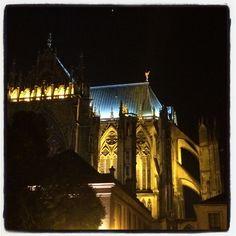 La cathédrale de Metz de nuit .