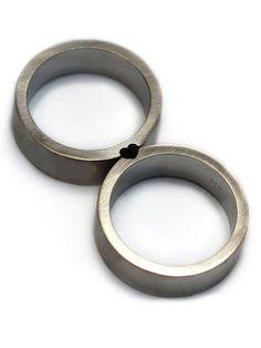 Deux anneaux. Un seul amour. Cet ensemble serait faire belles bandes de mariage ou promettent des anneaux. Transmission de puissance et de délicatesse en même temps. Quand les femmes jouissent de la partie ronde du cœur et de lhomme a le bord plus net. Représentent la connexion harmonique dans une forme simple et symbolique. Unique et pleine de style personnel. ------------------------------------------------------------------------------- Sil vous plaît noter que les deux tailles danneaux…
