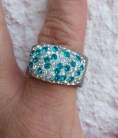 Wie die türkisene Farbe des Meeres, lassen die Kristalle (MADE WITH SWAROVSKI® ELEMENTS) diesen Edelstahlring glitzern und strahlen.Der Ring ist EU Größ