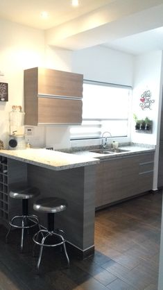 Cocina gris con granito Casa Real, Loft, Kitchen, Table, Furniture, Home Decor, Cuisine Design, Small Kitchens, Modern Dining Rooms