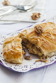 Hojaldre de queso brie con nueces y cebolla caramelizada.