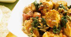 Heerlijke kruidige curry, die nog goed is voor de lijn ook. Ingrediëntenvoor 4 personen 2 kipfilets 1 rode ui 2 teentjes knoflook 2 rode paprika's 300 g boerenkool 2 el gele currypasta 400 ml kippenbouillon 400 ml kokosmelk om het éxtra lekker te maken vissaus rijstazijn sojasaus sesamolie peper en zout Bereiding Snij de kip…