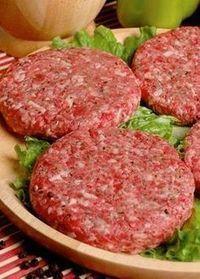 Hamburguesas ricas de carne cerdo y roja