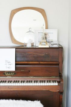 Gold, Brown, Bronze, and White. Cooling piano style | #music #room #upright #decor