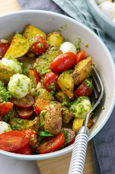 Die Pesto Potatoe Bowl ist so fix zubereitet dass es doppelt gut schmeckt Gerichte Meatloaf Atıştırmalıklar Barbecue Recipes, Grilling Recipes, Healthy Appetizers, Appetizer Recipes, Healthy Eating Tips, Healthy Recipes, Healthy Nutrition, Drink Recipes, Potato Recipes