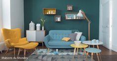 Wie die Sonne und das Meer erstrahlt ein Wohnzimmer, wenn man es in den Kontrastfarben Gelb und Blau einrichtet. Durch die Wahl von Curry-Gelb sowie Türkis und Hellblau wirken die extremen Farben auch nicht zu knallig.