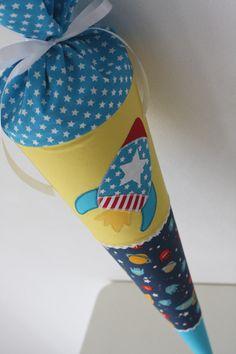 Eine besondere Schultüte für einen unvergesslichen Tag! Sie wurde aus verschiedenen Baumwollstoffen genäht und ist genau das Richtige für echte Weltraum-Fans! Die *Raketen-Applikation* macht...