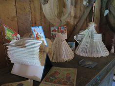 Enkeli ja kirjakuusi  ja korttiteline vanhoista kirjoista