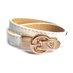 Delikatne bransoletki Bijou z najnowszej  kolekcji ! Wykonane ze skóry naturalnej z oryginalnym zapieciem w kształcie klamry z wygrawerowanym logo firmy. wymiary: dlugość 38 cm, szerokość paska 1 cm kolor metalu : zloty zapinana na magnes. Akcesoria będą idealnym dodatkiem na prezent.   do kupienia w butiku on-line www.la-monique.com   http://www.boutiqueonline.pl/akcesoria/194-bijou-