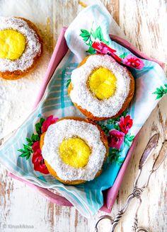 Norjalaiset koulupullat  Norjalaiset ovat pullakansaa ja heidän ylpeytensä on tämä taivaallinen vanilja-kookospulla (skolebolle). Sille on tunnusomaista vanukasmainen vaniljatäyte, jota ympäröi kookoskuorrutus. Lemon Curd, A Food, Special Occasion, Eggs, Baking, Breakfast, Party, Desserts, Pastries