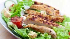 Ensalada de escarola con pechuga de pollo, pepino y salsa de yogur