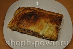 пирог с гречкой и грибами в тарелке