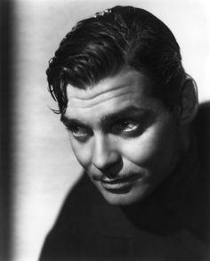 William Clark Gable (Cádiz, 1 de febrero de 1901 - Los Ángeles, 16 de noviembre de 1960) Desde sus primeros papeles, demostró tener un «gancho» poco común en la pantalla, que más tarde se convertiría en su reconocido carisma para la interpretación de personajes tipo galán, con un lado oscuro que albergaba cierto cinismo.