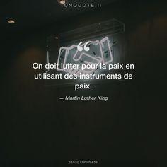 """Martin Luther King """"On doit lutter pour la paix en utilisant des instruments de paix."""" Photo by Charles Deluvio / Unsplash"""