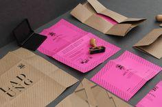 Papiere:  Natronkraftpapier = Umschlag / Biertüte  FIZZ, holzfrei matt (pink) = Einladung  Karteikarton, 100% Altpapier satiniert, zäh (grau) = Anstaltsausweis  Karteikarton, 100% Altpapier satiniert, zäh (weiß) = Abreißzettel