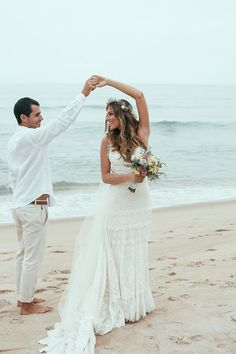 YolanCris | Marilia y boda en la playa de Marcinho. Una novia brasileña que eligió el vestido de novia de Tivoli