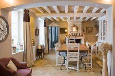 Peindre les poutres en blanc, interstices en beige (pierre) et peindre les chaises de salle à manger en blanc.