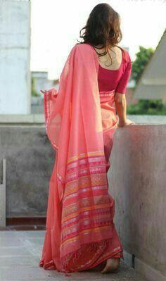Varanasi is world famous for its silk sarees Weaving Banarasi saris is a traditional art since ancient times. Indian Photoshoot, Saree Photoshoot, Indian Beauty Saree, Indian Sarees, Saris, Saree Poses, Simple Sarees, Stylish Sarees, Traditional Sarees