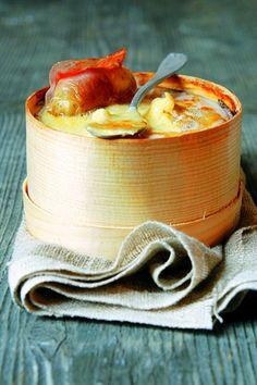 Fondue au vacherin, pommes rattes et jambon cru