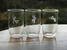 """Hadeland- Sverre Pettersen-Tre glass. Tre seltersglass med fin slipning av """"fulle"""" menn- alle i meget bra stand- slipt kant øverst. 1930-tallet. Hadeland- design Sverre Pettersen- H= 11,5 cm...Dia= 6,7 cm. Pint Glass, Glass Art, Art Deco, Vase, Glasses, Tableware, Design, Eyewear, Eyeglasses"""