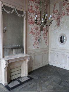 'L'Appartement Haussmannien' in Paris; peeling toile di jouy wallpaper