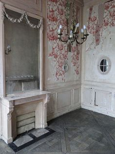 'L'Appartement Haussmannien' in Paris; peeling toile di jouy wallpaper