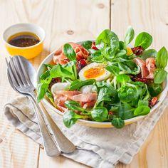 Salade de mâche à l'italienne – Ingrédients : 1 paquet de Mâche Florette,1 courgette,100 g de chiffonnade de jambon de Parme,4 œufs,100 g de tomates confites