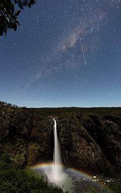 Una estrella fugaz sobre el arcoiris lunar de las cataratas Wallaman  Esta onírica imagen ha sido tomada por el afortunado Thierry Legault. en las cataratas Wallaman, situadas en Queensland (Australia).