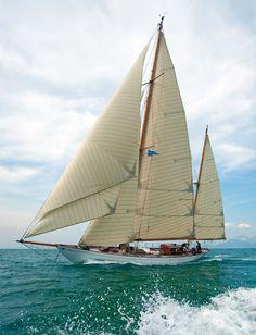 'Eilean', a restored Bermuda ketch. What a beauty. Classic Sailing, Classic Yachts, Sailing Cruises, Sailing Ships, Sailing Boat, Cruise Italy, Sailing Holidays, Boat Art, Yacht Boat